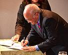 O governador do Amazonas, José Melo, assina o memorando de entendimento com o WWF-Brasil