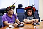 Ind&#237;genas pedem apoio ao MMA contra o desmatamento no Xingu<br />&copy;&nbsp;Foto: Divulga&#231;&#227;o/ MMA&#8221; border=&#8221;0&#8243; align=&#8221;left&#8221; hspace=&#8221;4&#8243; vspace=&#8221;2&#8243; /></a><em>por&nbsp; Jaime Gesisky</em></p> <p>O governo federal se reuniu esta semana em Bras&#237;lia em busca de sa&#237;das para conter o aumento do desmate na Amaz&#244;nia Legal e no Cerrado. Recentes dados produzidos pelo Instituto Nacional de Pesquisas Espaciais (Inpe) acenderam o alerta. Enquanto o governo tenta se mexer por um lado, l&#237;deres ind&#237;genas do Xingu foram &#224; capital denunciar a destrui&#231;&#227;o da floresta.</p> <p>Em um encontro realizado na quinta-feira (16) no Minist&#233;rio do Meio Ambiente representantes de 23 &#243;rg&#227;o em entidades federais, al&#233;m de emiss&#225;rios do F&#243;rum dos Secret&#225;rios de Meio Ambiente dos estados da Amaz&#244;nia Legal discutiram as novas fases dos Planos de A&#231;&#227;o para Preven&#231;&#227;o e Controle do Desmatamento na Amaz&#244;nia Legal (PPCDAm), que est&#225; na sua 4&#170; fase, e do Cerrado (PPCerrado), na 3&#170; fase.</p> <p>O desmatamento n&#227;o s&#243; cresceu significativamente na Amaz&#244;nia &#8211; quase 30% em 2016 em rela&#231;&#227;o ao ano anterior &#8211; como tamb&#233;m segue uma trajet&#243;ria destrutiva e veloz sobre as &#225;reas nativas do Cerrado, que j&#225; perdeu mais da metade da sua cobertura vegetal.</p> <p>O governo n&#227;o tem bra&#231;os para fiscalizar tudo e sabe que pol&#237;ticas de comando e controle sozinhas n&#227;o conseguem conter o tamanho do estrago.</p> <p>Segundo a diretora de Pol&#237;ticas em Mudan&#231;a do Clima do Minist&#233;rio do Meio Ambiente, Thelma Krug, a cria&#231;&#227;o de &#225;reas protegidas &#233;, sem d&#250;vida, uma das medidas mais importantes para conter o avan&#231;o do desmatamento.</p> <p>&#8220;No entanto essas &#225;reas t&#234;m de ser definidas a partir de uma abordagem territorial