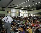 Plateia assiste a exposição de Leonardo Boff durante o debate