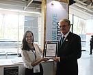 Na foto, Bruna Cerqueira, do ICLEI (parceiro do WWF no projeto), entrega o certificado para o Prefeito de BH, Marcio Lacerda, durante o III Encontro dos Municípios com o Desenvolvimento Sustentável, realizado em Brasília esta semana.
