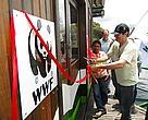 O presidente do ICMBio, Roberto Vinzentin, corta a faixa que marcou a inauguração do flutuante no Parna Juruena