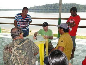 Divididos em grupos, os participantes da oficina refletiram sobre a viabilidade de trabalhar com a cadeia produtiva da castanha e o turismo de base comunitária