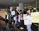 Estudantes protestam, no Congresso, contra as mudanças no Código Florestal e contra a usina de Belo Monte.