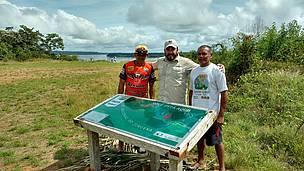 Um das placas doadas pelo WWF-Brasil possui um mapa onde é possível localizar, geograficamente, a comunidade da Barra de São Manoel