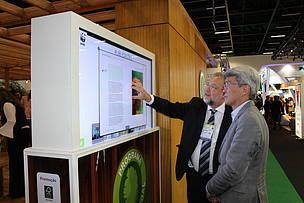 Estande contou com um totem interativo,onde era possível ter acesso a livros e publicações sobre sustentabilidade