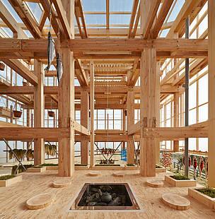 O arquiteto japonês Kengo Kuma é um dos mais famosos entusiastas da construção em madeira. Nesta foto, vemos uma parte da Faculdade de Projetos Ambientais UC Berkeley, nos Estados Unidos, feita por ele e inaugurada em 2014