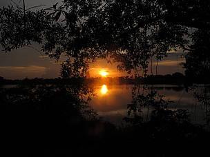 Pôr do sol em balsa no Rio Roosevelt.