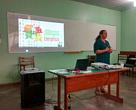 Alessandra Mathyas do WWF-Brasil apresenta a cartilha aos extrativistas
